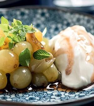 Salada de uvas congeladas com sorvete de iogurte e mel (Foto: Casa e Comida)