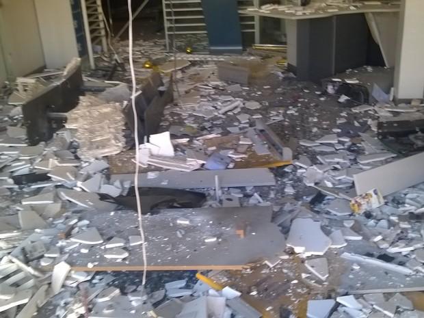 Ação deixou um rastro de destruição na agência (Foto: Eder Calegari/RBSTV)