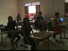 Mais de 300 alunos de escola estadual de Bayeux assistem aula sem energia