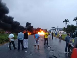 Manifestantes queimaram pneus, deixando rodovia interditada (Foto: Reprodução/WhatsApp)