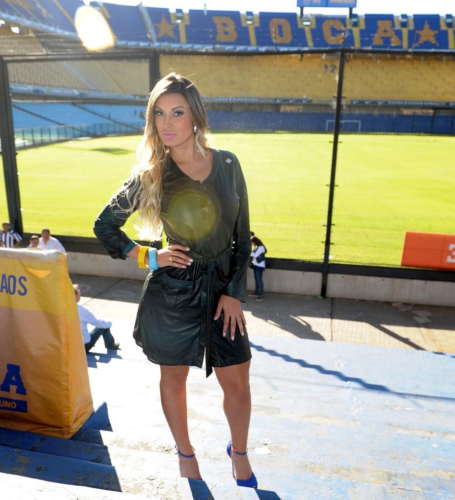 Andressa ainda de roupão, antes da sessão de fotos (Foto: Francisco Cepeda/Agnews)