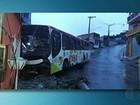 Ônibus atinge poste que cai em casa em Itaquaquecetuba