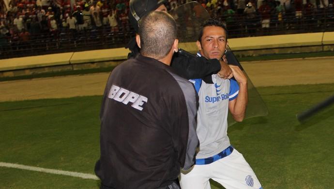 Policial do Bope pega lateral Nego, do CSA, pelo pescoço (Foto: Caio Lorena / GloboEsporte.com)