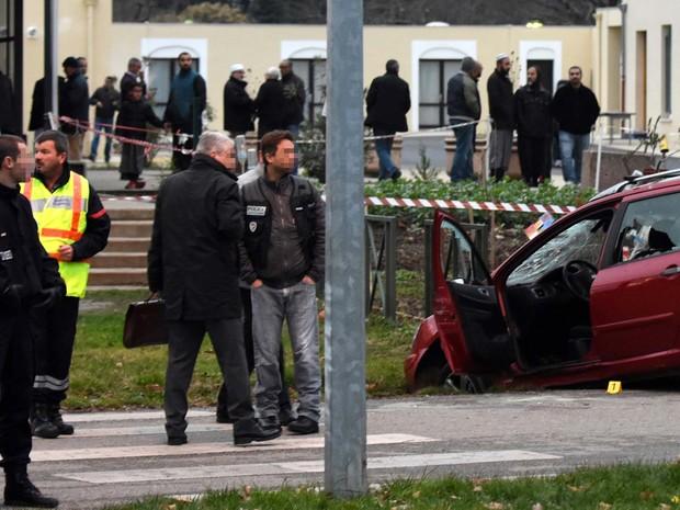 Policiais isolam área em que motorista avançou contra policial na mesquita de Valence, na França (Foto: PATRICK GARDIN / AFP)