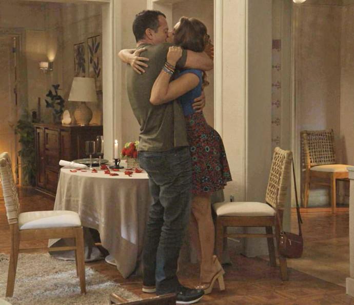 Apolo e Tancinha se beijam após DR (Foto: TV Globo)