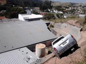Caminhonete desceu ladeira e quase 'caiu' sobre fábrica (Foto: Jean Temistocles/TEM Você)