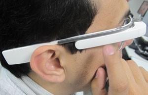 Área lateral do Glass é sensível ao toque e permite comandos para usar os aplicativos (Foto: Gustavo Petró/G1)