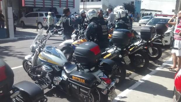 Motos na frente da funerária  (Foto: Amós Meneses)