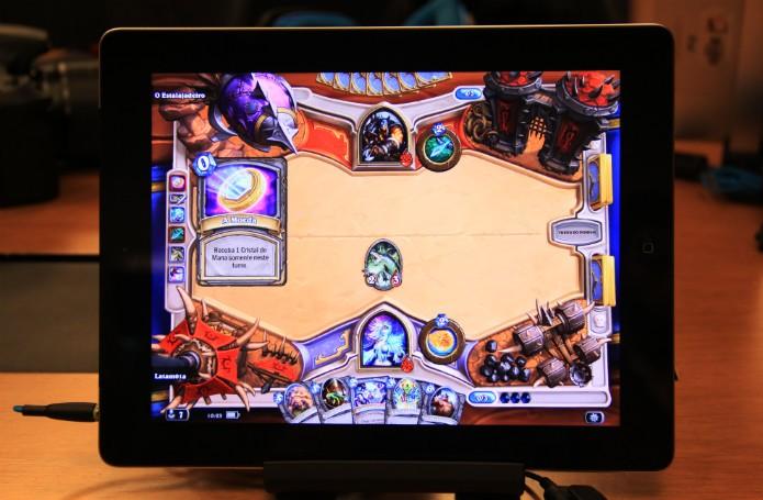 Os controles por toque caíram extremamente bem em Hearthstone. Chega a ser mais natural jogá-lo no tablet que no PC (Foto: TechTudo/Renato Bazan)