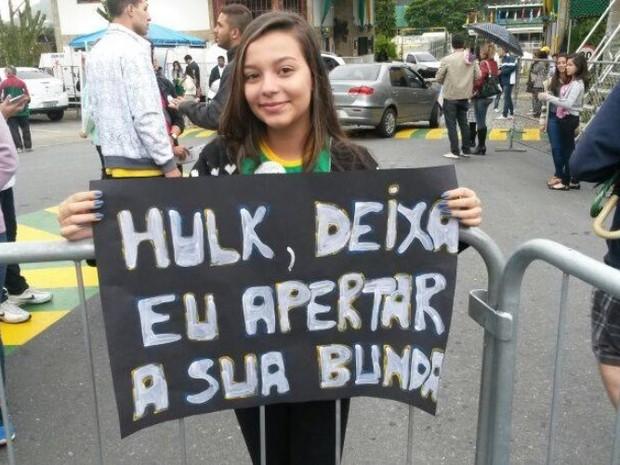 Torcedora saiu de Nova Iguaçu com a família levando um pedido inusitado no cartaz (Foto: Gustavo Garcia / G1)