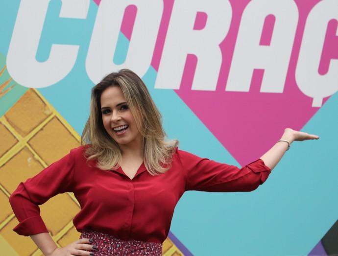 Ana Paula posa em frente ao estúdio de 'Haja Coração' (Foto: Thaís Meinicke/Gshow)