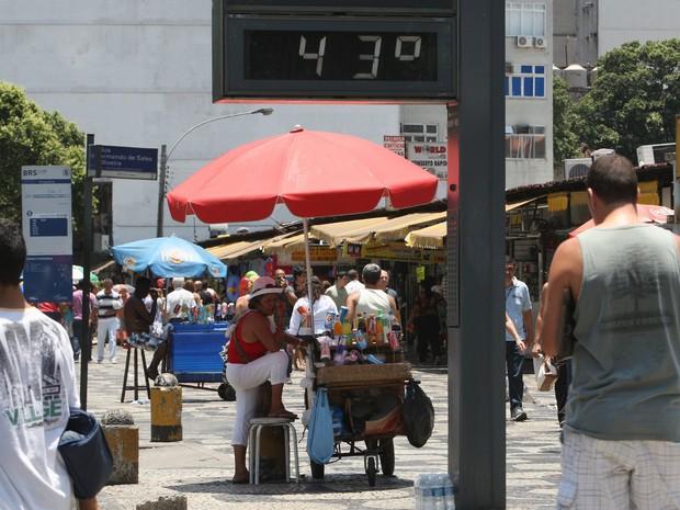 O relógio mostra a temperatura de 43ºC na tarde desta quarta-feira (26) no Centro do Rio (Foto: Severino Silva/AGência O Dia/Estadão Conteúdo )