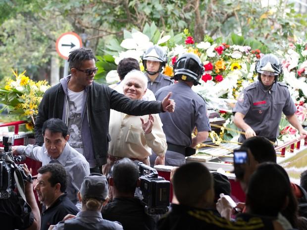 O caixão com o corpo do cantor Jair Rodrigues chega ao Cemitério Gethsêmani, no bairro do Morumbi, na zona   sul de São Paulo (Foto: Dario Oliveira/Código19/Estadão Conteúdo)