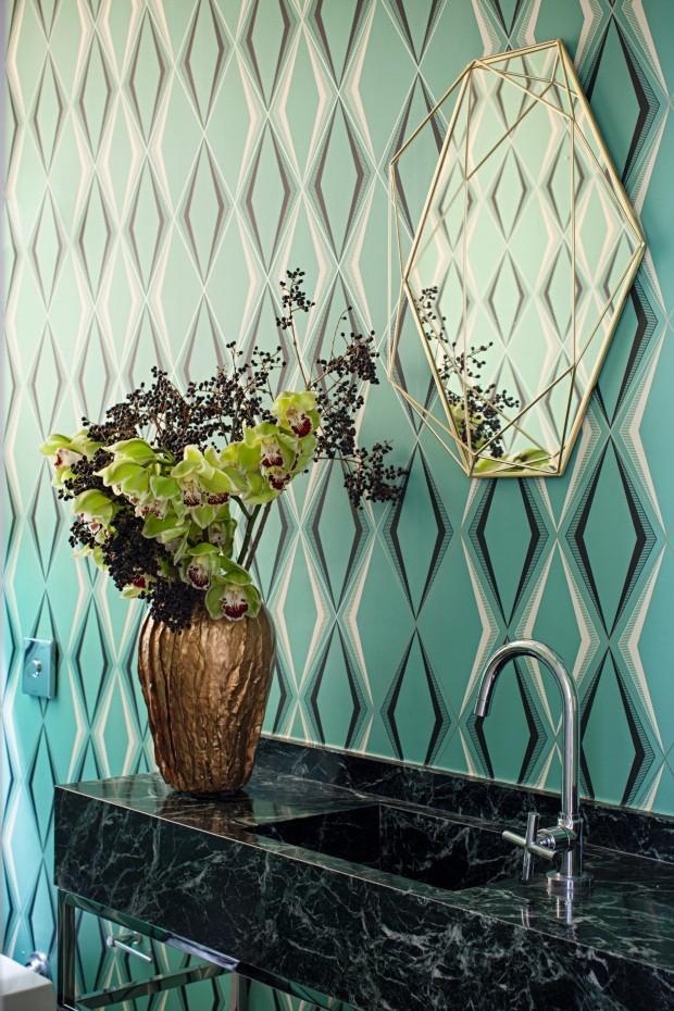 Lavabo. A bancada com pia esculpida é de mármore verde-alpe. Torneira da Deca e vaso da Orbi. Papel de parede vintage comprado em Los Angeles, EUA (Foto: Gui Morelli / Divulgação)