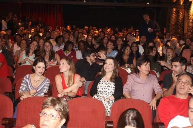 Sandy vai ao teatro com Fernanda Rodrigues e família (Foto: Fábio Martins/Agnews)