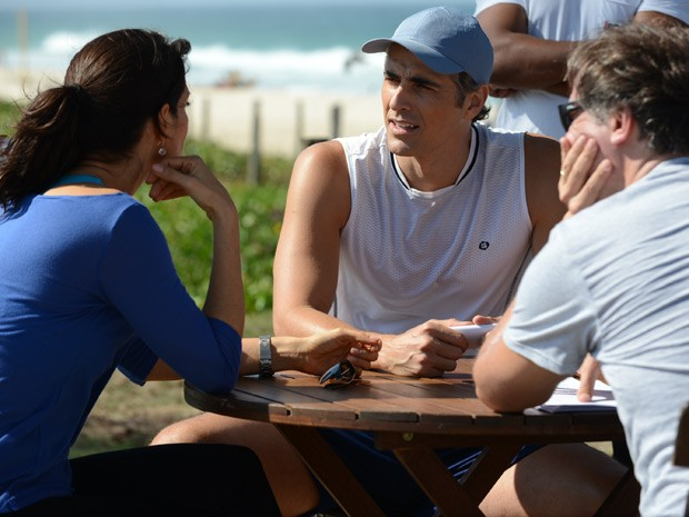 Helena Ranaldi e Reynaldo Gianecchini são dirigidos durante externa de 'Em Família' na praia (Foto: Em Família/TV Globo)