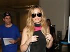 Khloe Kardashian usa macacão justíssimo e deixa curvas em evidência