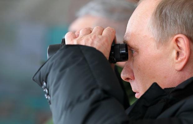 O presidente da Rússia, Vladimir Putin, observa exercício militar em  Anapa em 29 de março (Foto: Reuters)