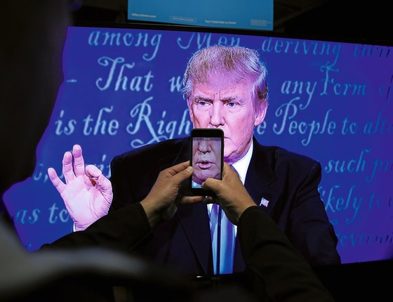 Donald Trump pelas lentes de um smartphone.Sua tática de se comunicar diretamente com o eleitor dá uma escala sem precedentes para suas versões (Foto: Carlos Barria/REUTERS)
