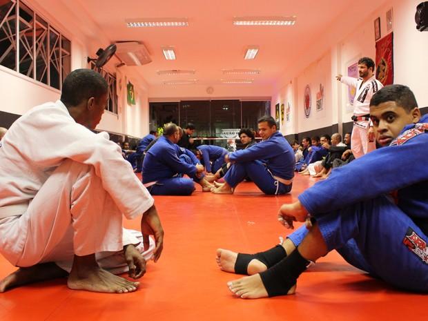 Ricson se prepara para treinamento em academia de Santos, SP (Foto: Orion Pires/G1)