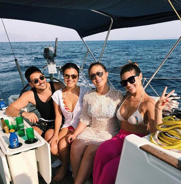 Ex-BBB Vivian Amorim com Maria Claudia e amigos (Foto: Reprodução/Instagram)