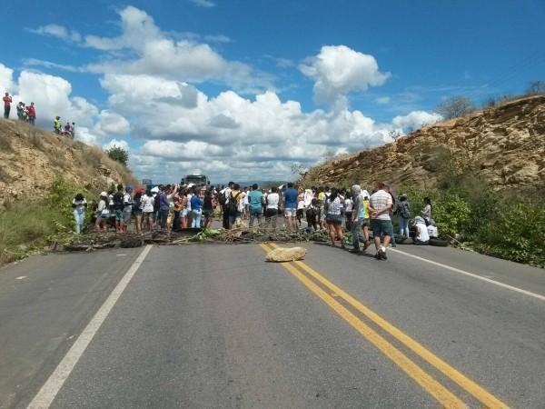 Barricada improvisada foi retirada do local e fluxo de veículos já ocorre normalmente (Foto: Paulo Henrique Sousa/Arquivo pessoal)