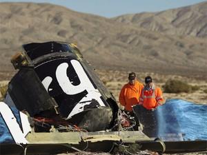 Agentes de segurança observam destroços de espaçonave da Virgin Galactic SpaceShipTwo perto de Cantil, na Califórnia (Foto: REUTERS/David McNew)