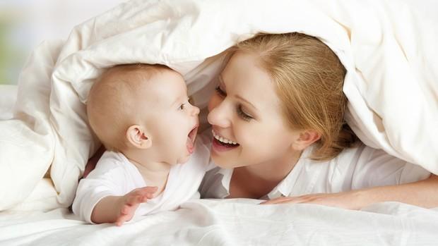 Brincar com o bebê é uma das maneiras de estreitar o vínculo (Foto: Thinkstock)