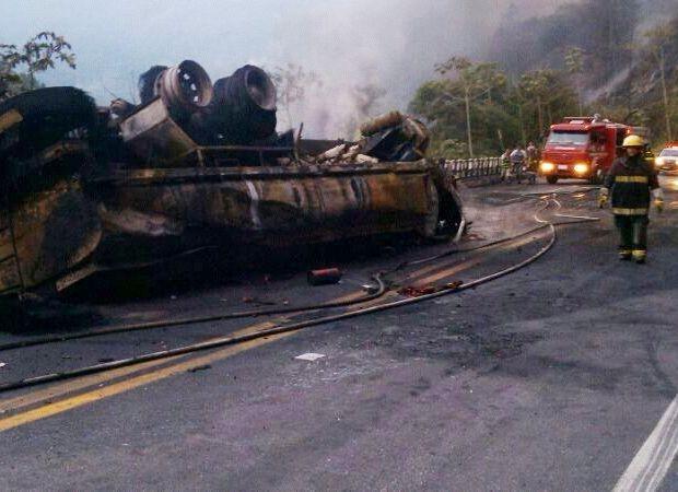Fogo foi apagado pelos bombeiros por volta das 17h30 (Foto: Divulgação/PolíciaRodoviáriaFederal)