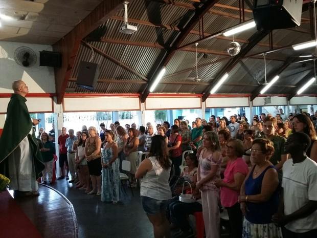 Missa alternativa reúne mais de 800 pessoas (Foto: Alexandre Azank / TV TEM)