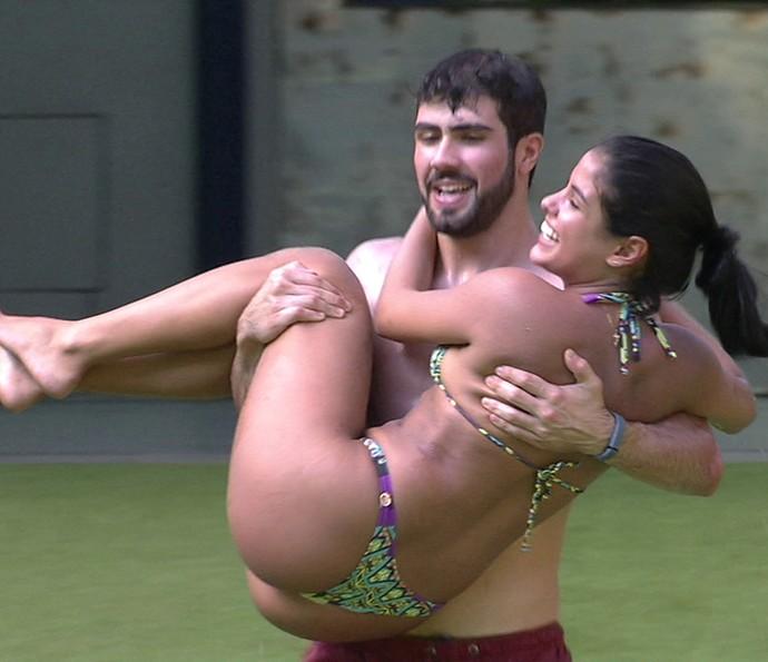 Laham pega Munik no colo (Foto: TV Globo)