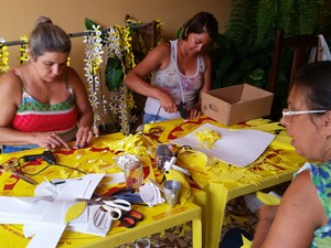 Mulheres fazem enfeites na garagem de casa em Três Pontas (Foto: Régis Melo / G1)