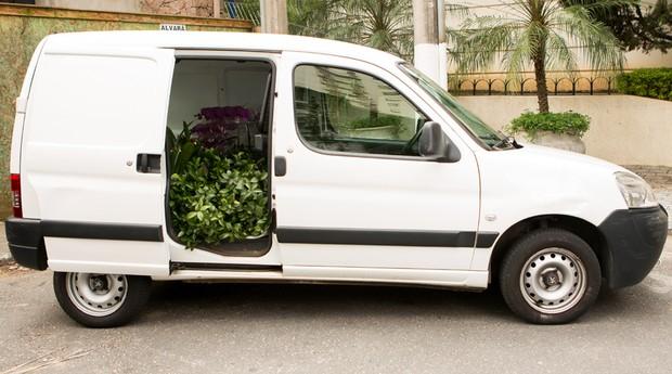 Seguro, espaçoso e com ar condicionado, o Partner transporta as plantas e os arranjos do Beco das Flores para todos os lugares  (Foto: Marcus Steinmeyer)