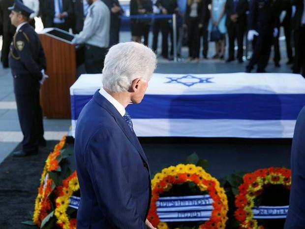 Ex-presidente dos EUA Bill Clinton passa pelo caixão de Shimon Peres, em Jerusalém.  (Foto: Ronen Zvulun/Reuters)