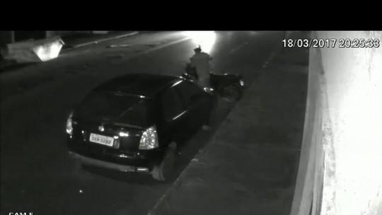 Câmera flagra criminosos furtando motocicleta em Patos de Minas