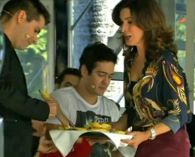 Fátima oferece bananas aos convidados  (Foto: Encontro com Fátima Bernardes/ TV Globo)