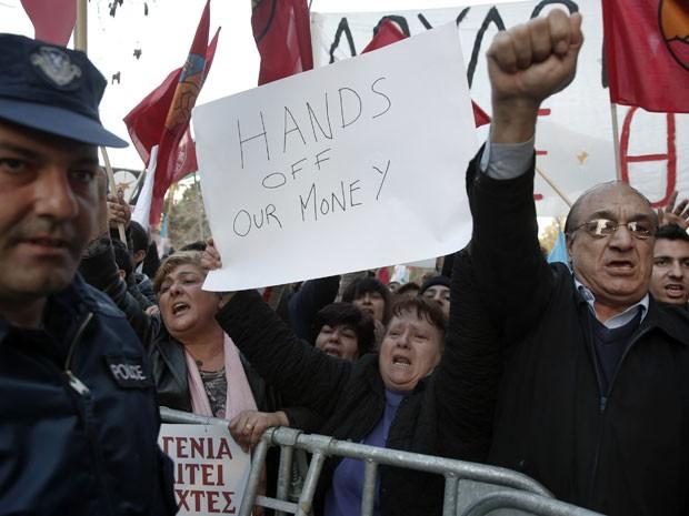 Manifestantes protestaram nesta terça-feira (19) contra o plano em frente ao Parlamento do Chipre (Foto: Reuters)