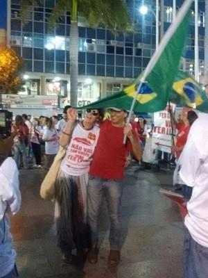 Com bandeira do Brasil nas mãos, manifestantes dizem 'não' ao impeachment de Dilma (Foto: Stella Freitas/G1)