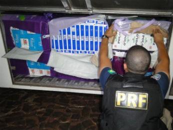 Caminhão estava carregado de cigarros contrabandeados (Foto: Divulgação/ PRF)