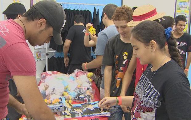 Jovens durante a feira Amapanime em Macapá (Foto: Reprodução/TV Amapá)