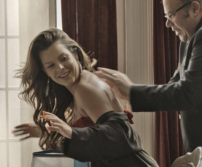 Mel consegue fazer Breno cair em sua armadilha (Foto: TV Globo)