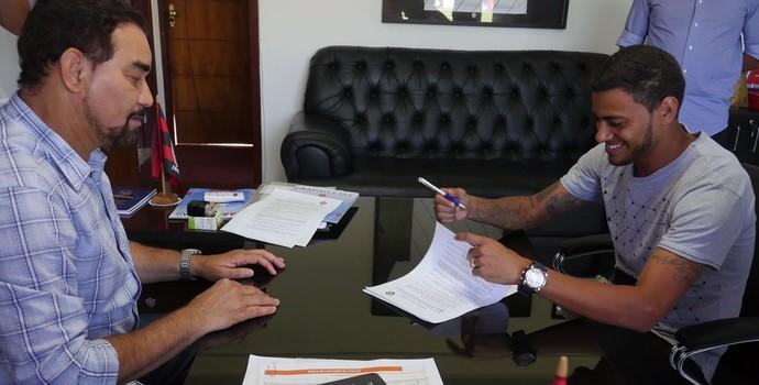 Cleiton Xavier assina contrato com o Vitória (Foto: R. Santin / EC Vitória)