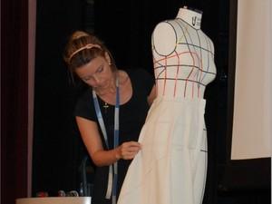 Processo de criação de uma saia modelo godê (Foto: Divulgação/Firjan Itaperuna)