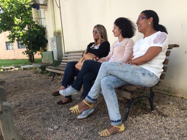 Adrilene (à esquerda) esperava a filha Bruna, que veio de Belém para prestar a prova da Udesc (Foto: Larissa Vier/RBS TV)