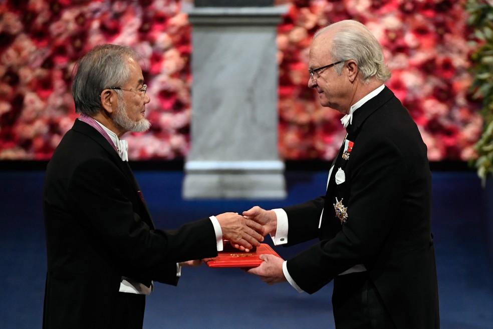 Nobel de Medicina Yoshinori Ohsumi recebe prêmio do Rei Carlos da Suécia (Foto: Jessica Gow/TT News Agency)