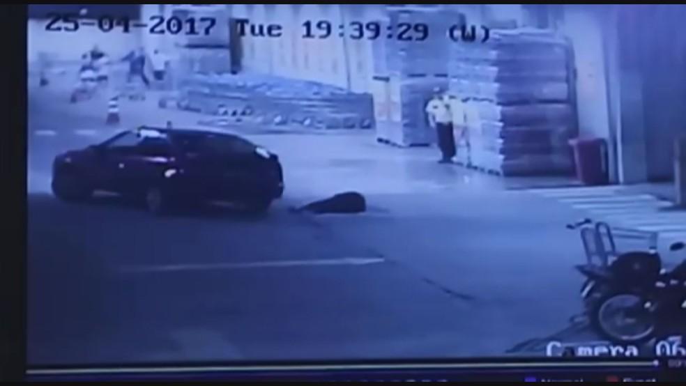 Depois de ser baleada, mulher é atropelada por um carro dentro do estacionamento de hipermercado em Franca, na região de Ribeirão Preto (Foto: Reprodução/Circuito interno de segurança)