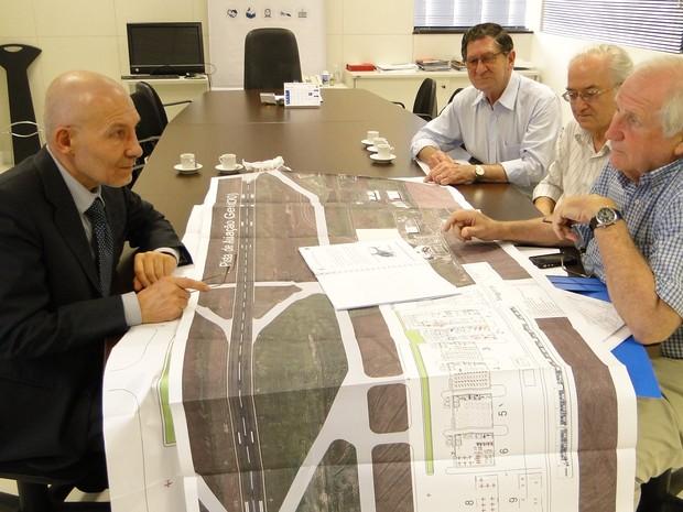 O presidente da Avio, Luigino Fiocco, mostra o plano da fábrica aos técnicos do governo estadual (Foto: AEN/Divulgação)