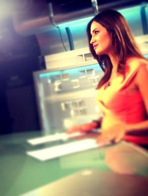 Sara exibe gravidez durante programa (Foto: Instagram)