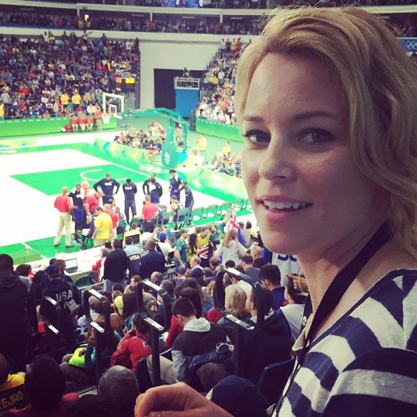 Elizabeth Banks assiste a uma partida de basquete (Foto: Reprodução/Instagram)