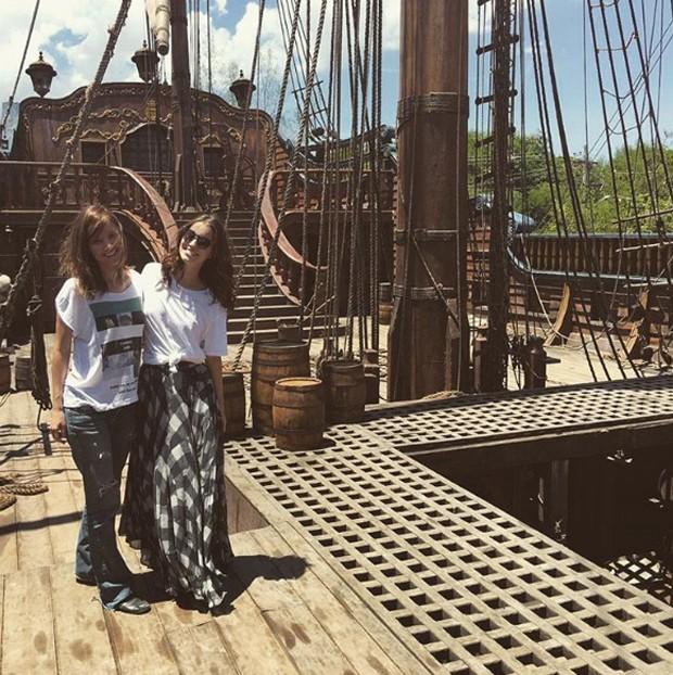 Luiza Mayall e Nathalia Dill no cenário de Novo Mundo (Foto: Reprodução/Instagram)